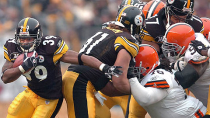 Running back Willie Parker goes up the middle to the Browns' 17 for 2 yards in the third quarter. (vs. Browns 11/11/07)
