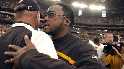 Steelers head coach Mike Tomlin talks to Cardinals head coach Ken Whisenhunt at the end of the game yesterday.