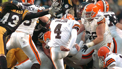 Browns' kicker Phil Dawson misses a 52-yard game-tying field goal in the closing seconds. (vs. Browns 11/11/07)