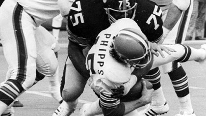 Joe Greene sacks Browns quarterback Mike Phipps, 1974.
