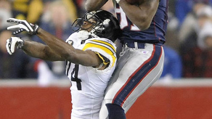 Patriots receiver Randy Moss hauls in pass as he's defended by Steelers cornerback Ike Taylor. (at Patriots 12/10/2007)