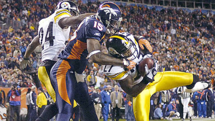 Steelers Anthony Smith intercepts a pass.